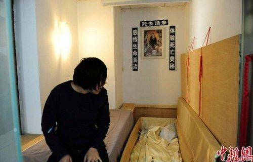 沈阳现死亡体验馆 挂遗像躺棺材模拟死亡