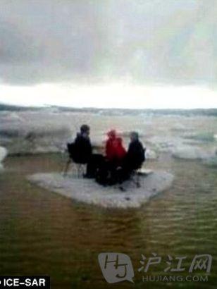 四游客冰上野餐遇冰川断裂喜感飘走(图)