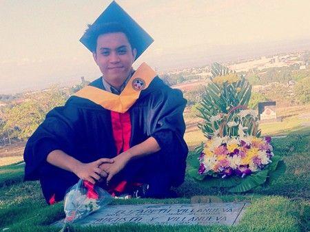 菲大学生父母墓前拍毕业照感动网友