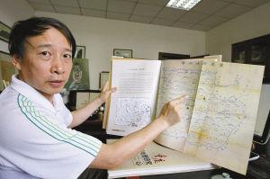 每一张地图的故事,蓝教授都如数家珍。记者 贺怀湘 摄