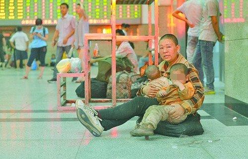 """郑州街头现""""饥饿娃娃"""" 半岁体重仅五斤(图)"""