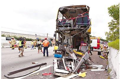 巴士车头如罐头般撕开。来源 香港《文汇报》