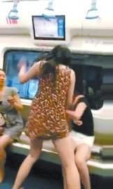 女子地铁上因被人碰左右手开弓暴打对方(图)