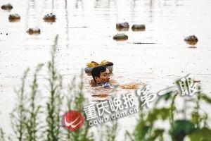 妻子怀孕困孤岛饿得头晕 丈夫游泳1公里送饭