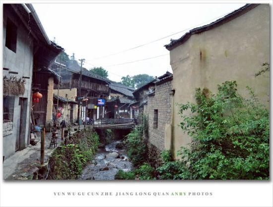 村子中,几乎每户人家的房前屋后,都有山泉乘山势绕过