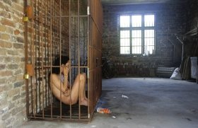 男子裸身被关铁笼两年多 精神分裂曾放火烧房
