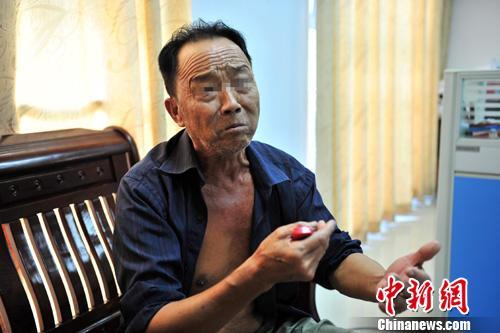7月5日,在澄迈国土局做笔录的承包商王某。王某称自己承包土地只为种植魔芋,用挖土机挖土是为了改良土地。中新社发 骆云飞 摄