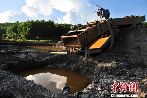 7月5日,承包商王某所承包改良土地现场的淘金工具。中新社发 骆云飞 摄