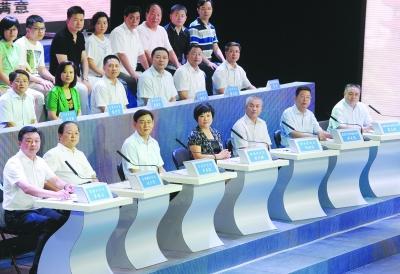 """昨晚,13位接受问政嘉宾上台""""应考""""。记者陈亮 摄"""