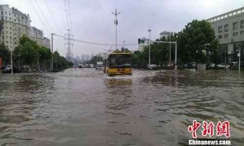 武汉遭遇特大暴雨近半城区泡在雨水中(图)