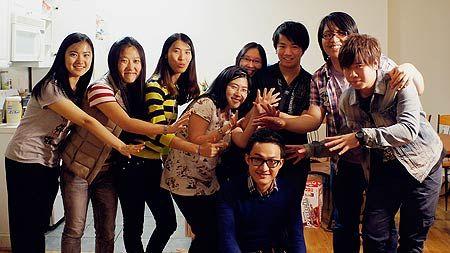 海外学子创办校园版《铿锵三人行》(双语)