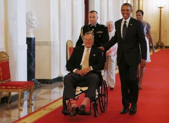 老布什坐轮椅白宫颁奖 脚穿红白条纹袜