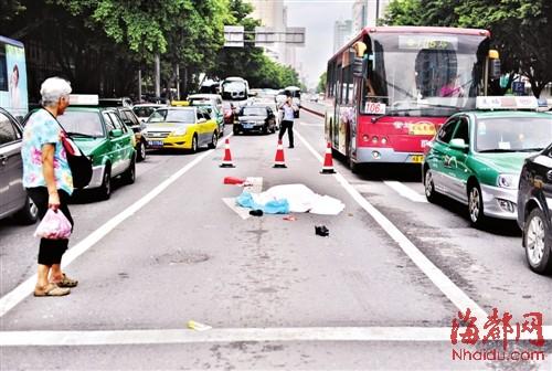 女子遗体已被盖上,事发路段车流繁忙-女子穿马路遭运钞车碾死续 目图片