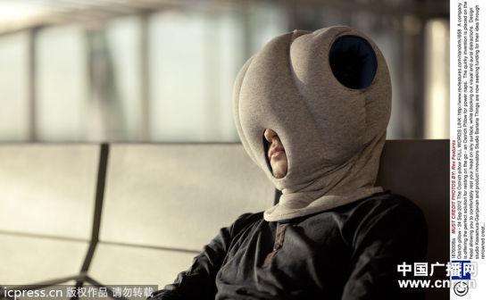 """鸵鸟枕头"""",这款枕头的创意灵感来自鸵鸟喜爱把头埋入沙堆里"""