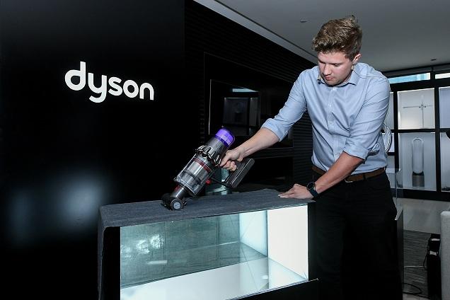 4.戴森高级设计工程师Ben Lowson利用反光镜床褥演示向嘉宾展示戴森V11吸尘器的强劲吸力.jpg